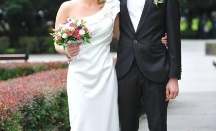 Suknia z asymetrycznym ramieniem, w fasonie ołówkowym jest klasyczną, neutralną elegancją.