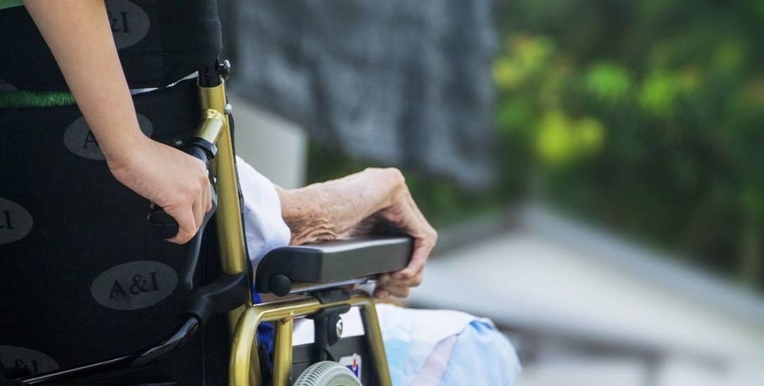 Zjawisko porzucania wymagających opieki seniorów znane jest także władzom szpitala w Makowie Mazowieckim i Przasnyszu
