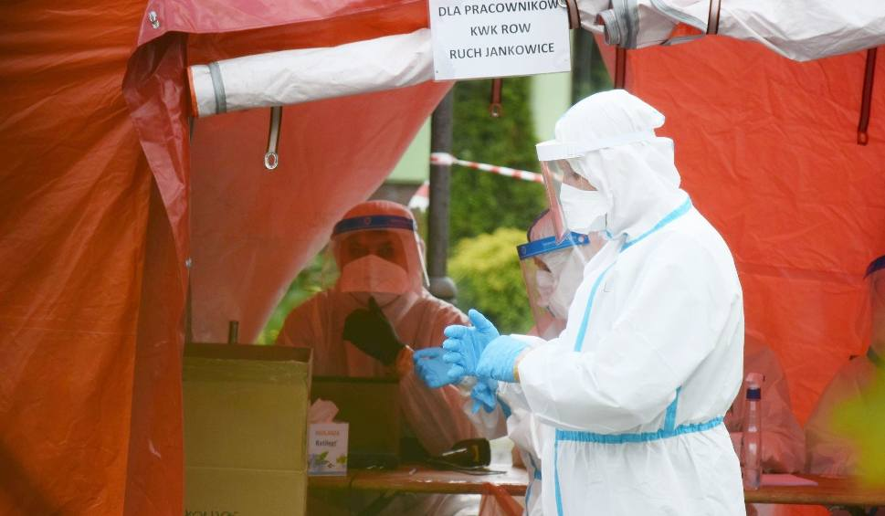 Film do artykułu: Kiedy skończy się pandemia koronawirusa? Jest nowa prognoza zakażeń. Pandemia się rozwija