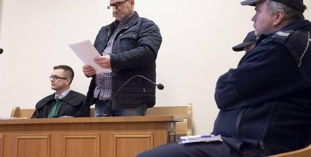 Oskarżony Piotr D. odczytał oświadczenie o swoim słabym zdrowiu. Sędzia kontynuował rozprawę bez niego