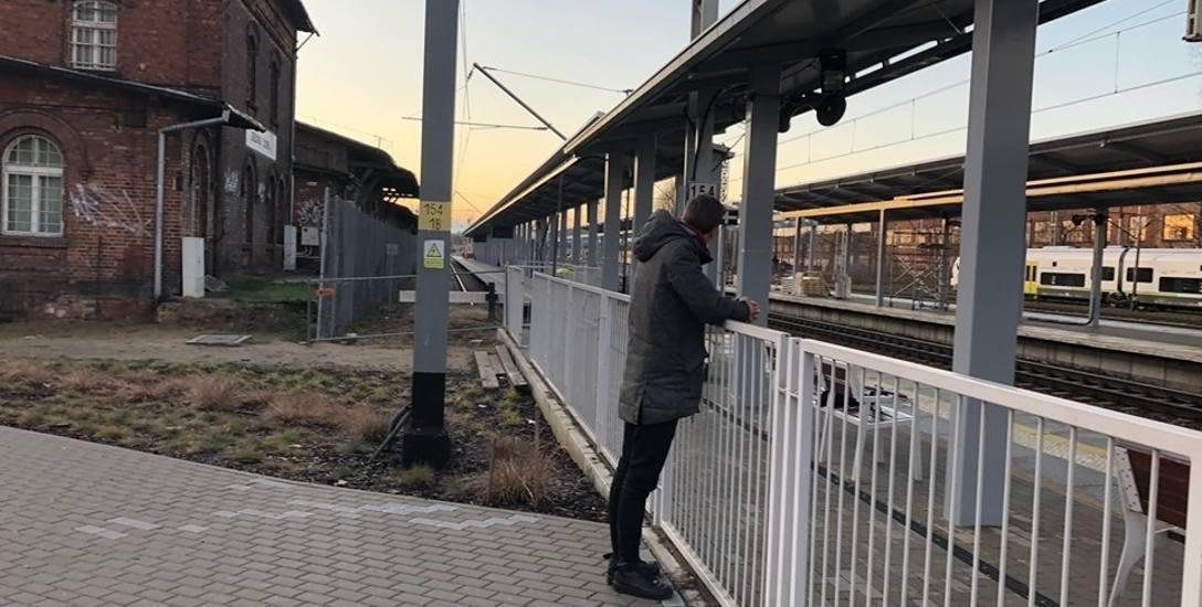 Wystarczy zdjąć jeden element ogrodzenia i już przejście z peronu 1a stacji Zielona Góra Główna do dworca PKS gotowe - uważają nasi Czytelnicy. Czy ich
