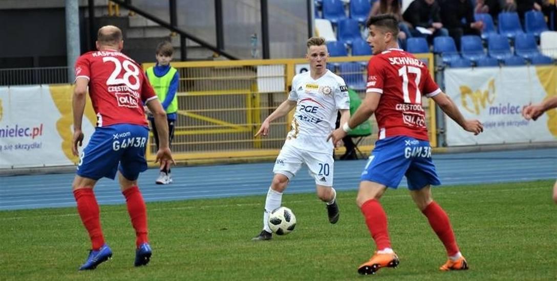 Grzegorz Tomasiewicz (na zdj. przy piłce) był jednym z najlepszych zawodników PGE Stalli Mielec w meczu z Wartą Poznań. Kreował okazje kolegom
