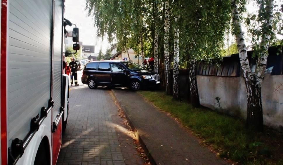 Film do artykułu: Kierujący Vanem uderzył w drzewo (zdjęcia, wideo)