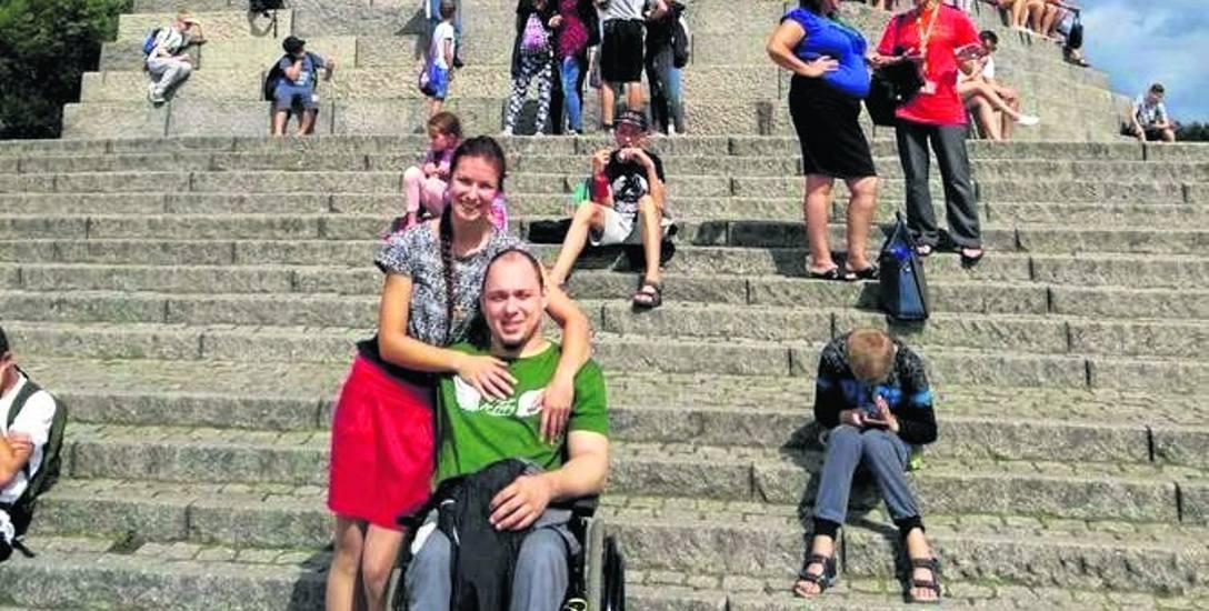Na przekór losowi. Miłość zwyciężyła. Potrzeba pomoc. Robert mimo niepełnosprawności chce pracować i normalnie żyć
