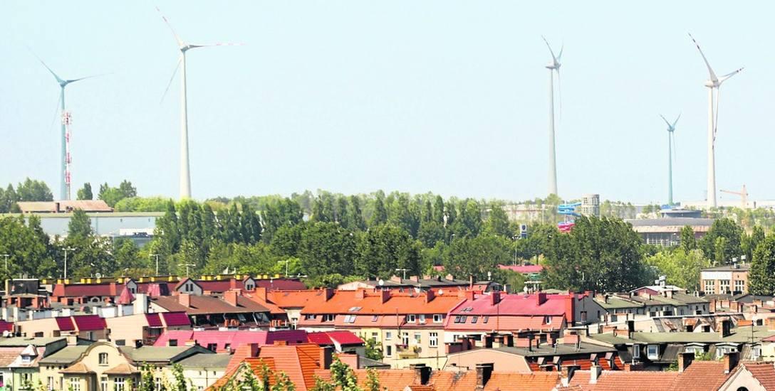 Siłownie wiatrowe od pierwszej dekady XXI wieku są stałym elementem krajobrazu  powiatu słupskiego i... Słupska