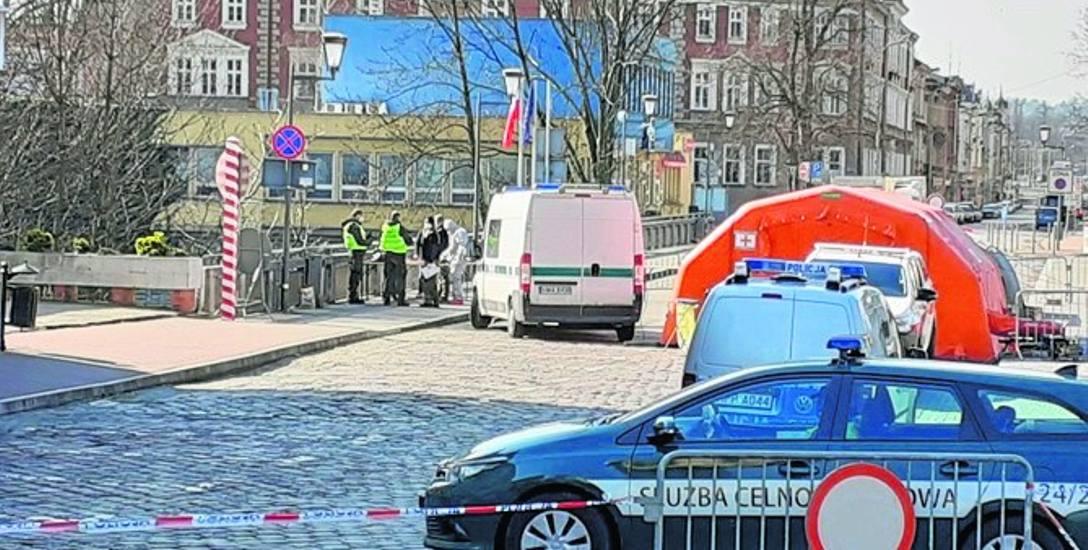 Polsko-czeskie przejście graniczne na Moście Przyjaźni w Cieszynie. Pracujący za Olzą Polacy przekraczali je co dzień