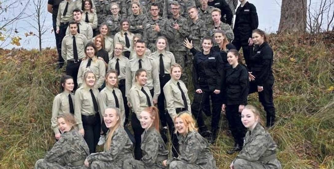 Klasa mundurowa ze szkoły w Kłaninie