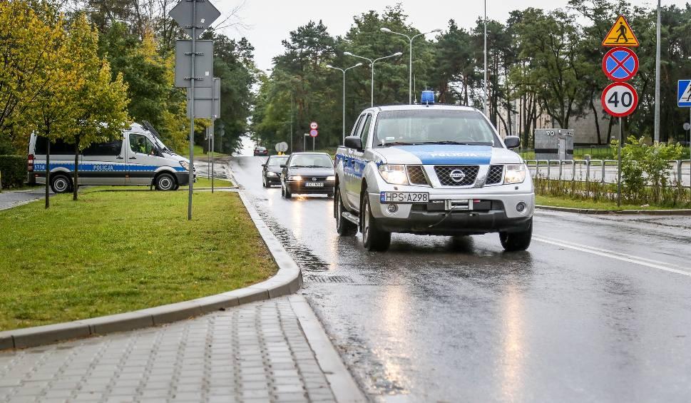 Film do artykułu: Policjanci ze Skarżyska na sygnałach eskortowali do szpitala rodzącą kobietę