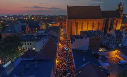 Tak wyglądał piątkowy pokojowy toruński protest w obronie zmian dotyczących Sądu Najwyższego widziany okiem drona. Zdjęcia i poniższe wideo zamieszczamy