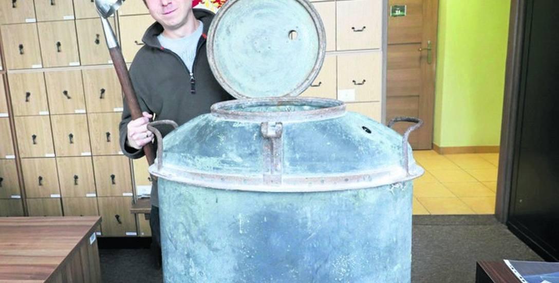 Muzeum Wojska w Białymstoku. Waży 20 kilogramów. Można w nim było ugotować kilkadziesiąt litrów żołnierskiej strawy