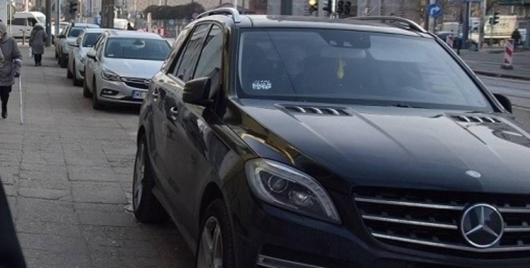 Kierowcy w Gorzowie legalnie parkują na chodniku. Piesi: Ciężko już przejść!