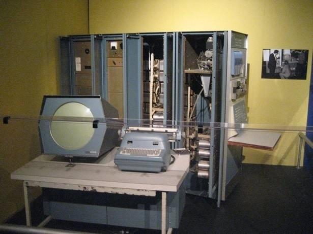 Prototypem gry komputerowej był wynaleziony przez Goldsmitha Jr. i Raya program Cathode-Ray Tube Amusement Device