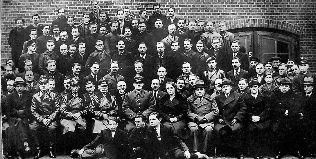 Rok 1938 r. Załoga z warsztatu 8 baonu pancernego, w tym m.in.  ppłk Andrzej Meyer,  dowódca batalionu. - Poza moim ojcem widzę kilka znanych mi twarzy.