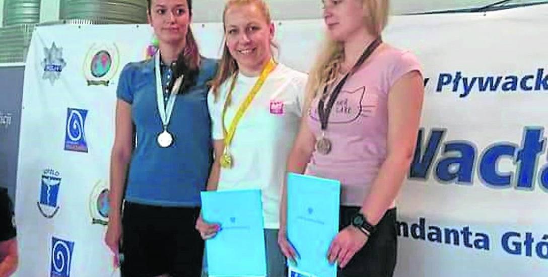 Sierżant Kamila Wojdak (pierwsza z lewej) z Referatu Prewencji polickiej komendy