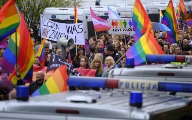 W pierwszym toruńskim Marszu Równości wzięło udział około tysiąca osób. Zebrani mieli ze sobą balony w kształcie jednorożców, wianki i tęczowe flagi.