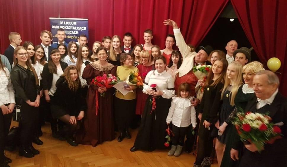 Film do artykułu: Brawurowy występ nauczycieli kieleckiego IV Liceum Ogólnokształcącego na… deskach teatru. Zobaczcie wideo i zdjęcia!