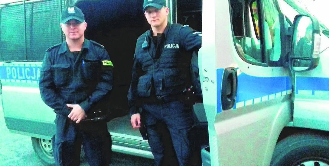St. post. Patryk Wyłupski ( z lewej) i st. post. Paweł Zaremba z KMP w Grudziądzu zajęli trzecie miejsce podczas ogólnopolskiego turniej Patrol Roku.