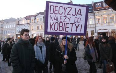 """Na rzeszowskim Rynku podobnie jak wielu polskich miastach trwa #Czarny Piątek. Protestujące kobiety  uważają, że projekt ustawy """"Zatrzymać aborcję"""" łamie"""