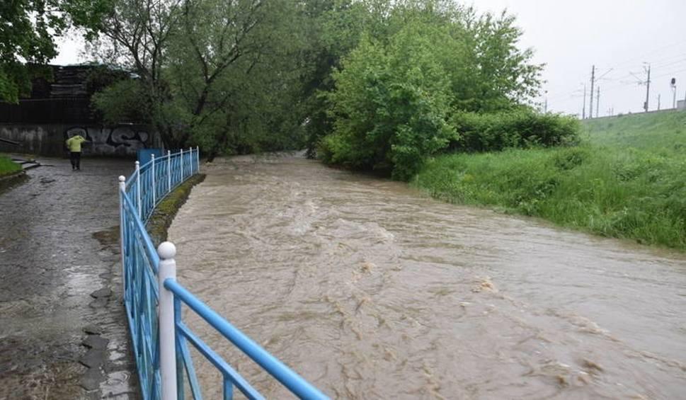 Film do artykułu: Intensywne opady deszczu. Podnosi się poziom wód w rzekach na południu Polski. Kiedy pogoda się poprawi? Zobacz prognozę
