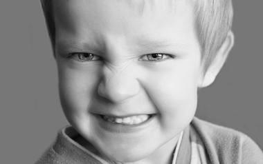 Zdesperowani rodzice wymieniają się informacjami na temat leczenia zębów w narkozie m.in. na forach internetowych i w grupach poświęconych rodzicielstwu.