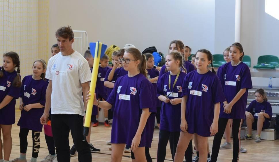 Film do artykułu: Lekkoatletyka. Fundacja Kamili Skolimowskiej promowała lekką atletykę wśród uczniów szkoły numer 15 w Radomiu [ZDJĘCIA]