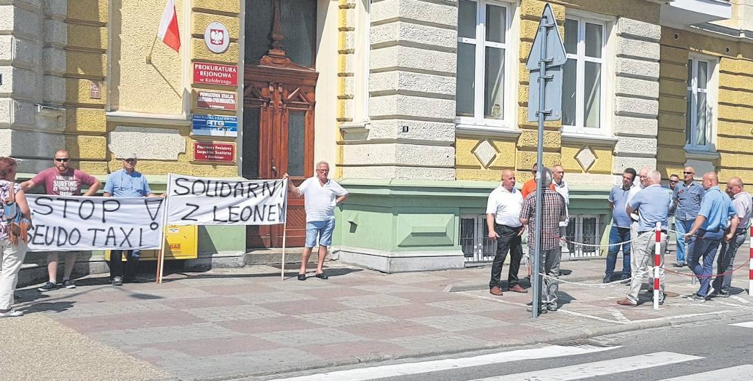 Koledzy po fachu Leonarda T. w niedzielę, czyli dzień po dramatycznych wydarzeniach protestowali przed prokuraturą