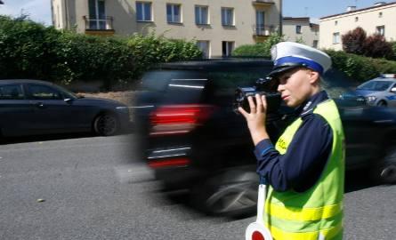 Kierowca, który świadomie zmusi policję do pościgu i nie zatrzyma się pomimo sygnałów świetlnych i dźwiękowych z radiowozu, popełni przestępstwo zagrożone