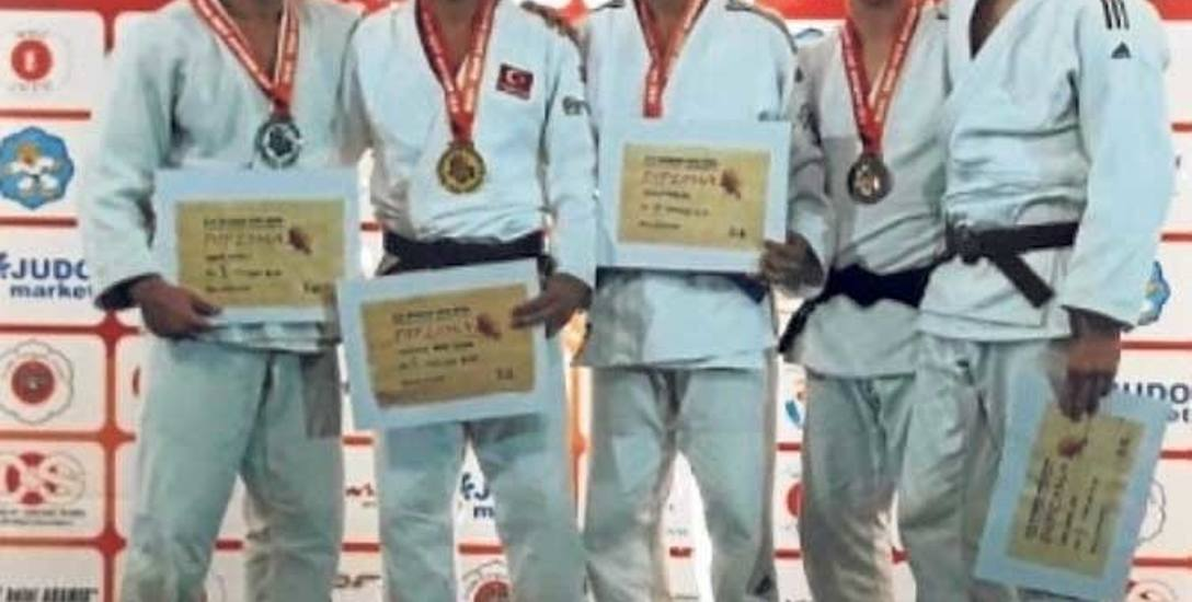 Aleks Hoppe (z lewej) na podium Warsaw Judo Open