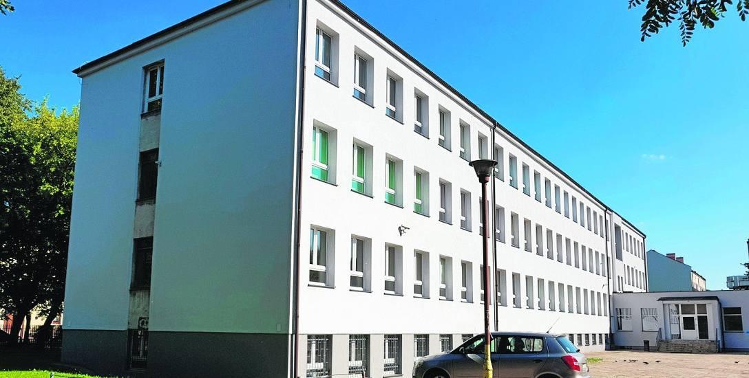 Siedziba Wojewódzkiego Zespołu Szkół Policealnych przy ul. Bałtyckiej w Słupsku jest już po termomodernizacji. Teraz czeka na instalację zewnętrznej