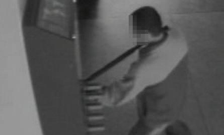 Jan W. grasował na szpitalnych korytarzach m.in. w Wieluniu i w Zabrzu. W ręce policji wpadł, gdy włamywał się do automatu na foliowe papcie w Szpitalu