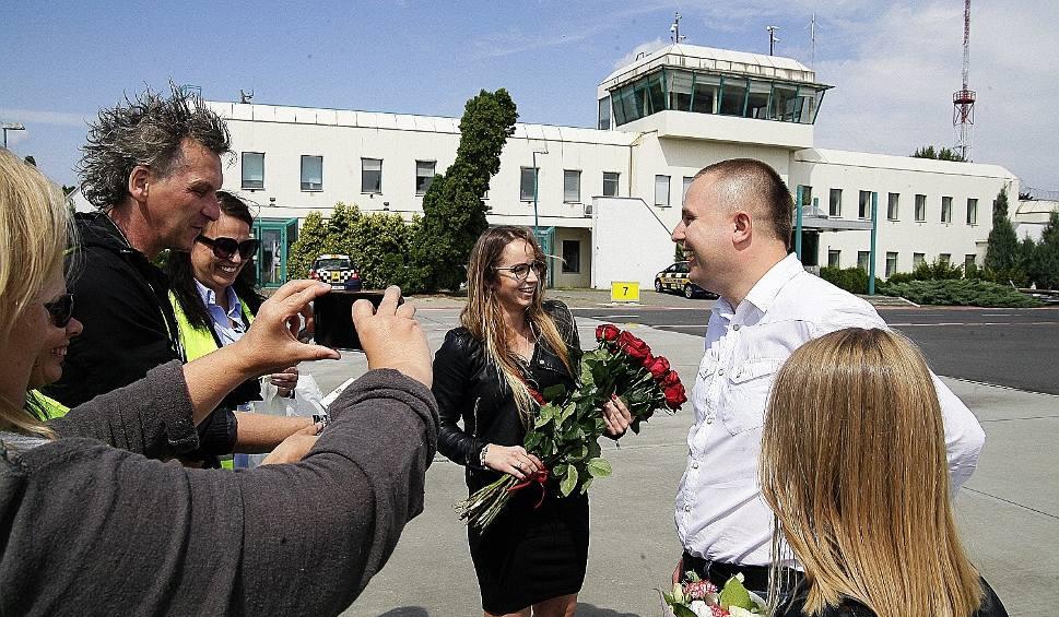 Film do artykułu: Oświadczyny w samolocie. Na łódzkim lotnisku wylądowała awionetka z narzeczonymi na pokładzie (ZDJĘCIA)