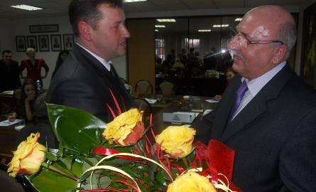 Gratulacje burmistrzowi Marianowi Tołodzieckiemu składa Mariusz Lipigórski, jego konkurent w wyborach
