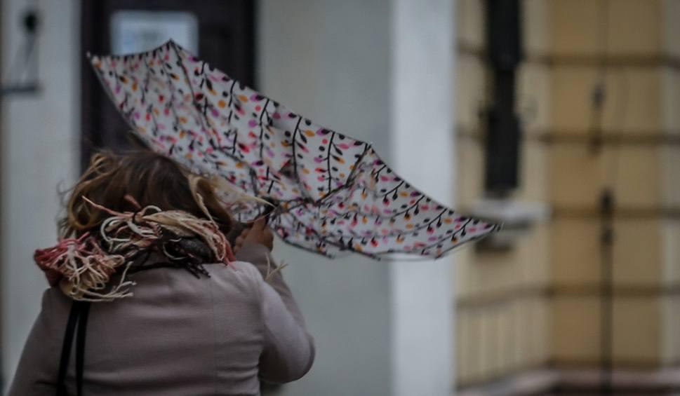 Film do artykułu: Pogoda w Małopolsce da nam mocno w kość. Ostrzeżenie IMGW przed mocnym wiatrem i solidnym deszczem