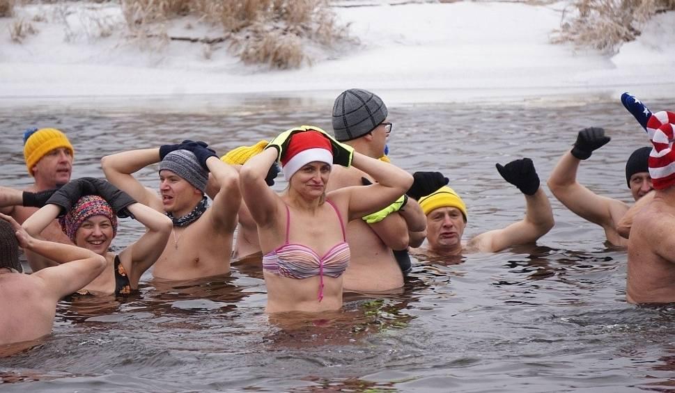 Film do artykułu: Rzeka Supraśl. Podlaski Klub Morsów powitał nowy rok (zdjęcia, wideo)