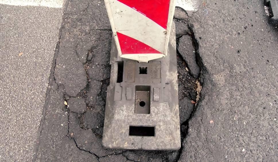 Film do artykułu: Dziury w łódzkich drogach. Lepiej postawić słupek, niż naprawić ubytek w jezdni? [FILM]
