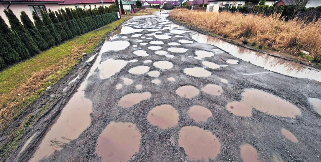 Jedna z ulic na osiedlu Unii Europejskiej. Taki stan dróg gruntowych to niestety częsty widok w okresie roztopów. A warunki atmosferyczne nie sprzyjają