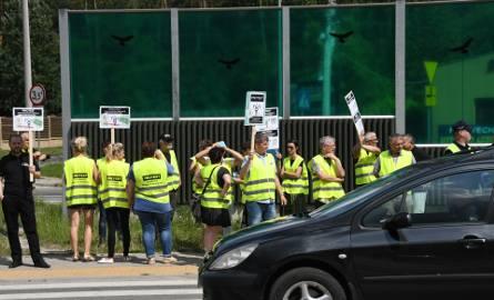 Pracownicy Inspekcji Weterynaryjnej protestowali w Kielcach. Blokowali ulicę Ściegiennego, to droga krajowa 73 (WIDEO, ZDJĘCIA)