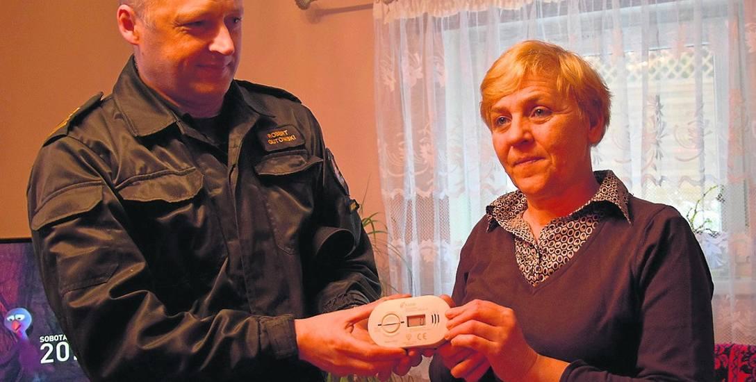 Komendant straży pożarnej,  Robert Gutowski wręczył wczoraj czujnik pomiaru tlenku węgla Teresie Autryb. To w jej domu pięć osób zatruło się  czadem