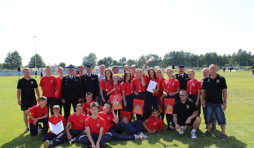 Pamiątkowe zdjęcie Młodzieżowych Drużyn Pożarniczych z Rytwian po udanej dla nich rywalizacji na zawodach w Sędziszowie.