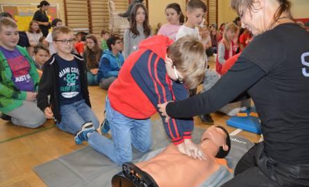 Szkoła Podstawowa numer 1 w Stalowej Woli, tu do akcji nauki ratowania życia w sali gimnastycznej przystąpiła rekordowa ilość uczniów - 178.