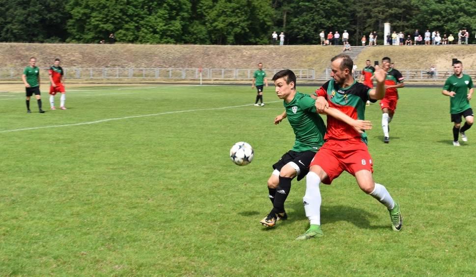 Film do artykułu: Piłkarze Cariny Gubin wywalczyli awans do IV ligi w ostatniej kolejce z Promieniem Żary [ZDJĘCIA]