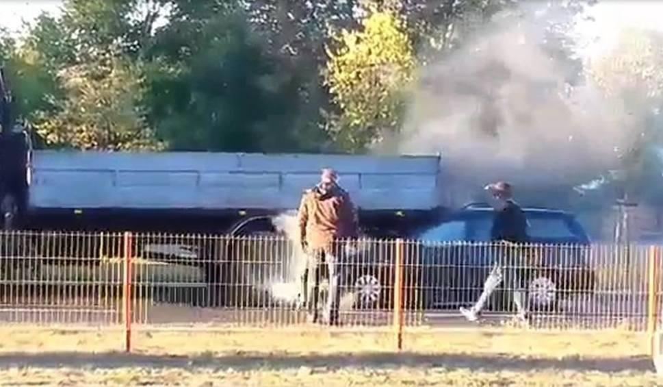 Film do artykułu: Ul. Popiełuszki. Kobieta wjechała w ciężarówkę. Pożar auta (zdjęcia, wideo)
