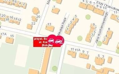 Na dostępnej w internecie mapie zagrożeń, ktoś zaznaczył, że przed szkołą w Busku dochodzi samochody parkują w niedozwolonym miejscu