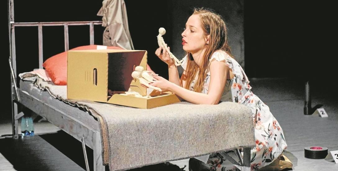 """Aktorka Matylda Baczyńska gra na deskach tarnowskiego teatru w sztuce """"Ikebana"""" rolę okrutnej zabójczyni dziecka"""