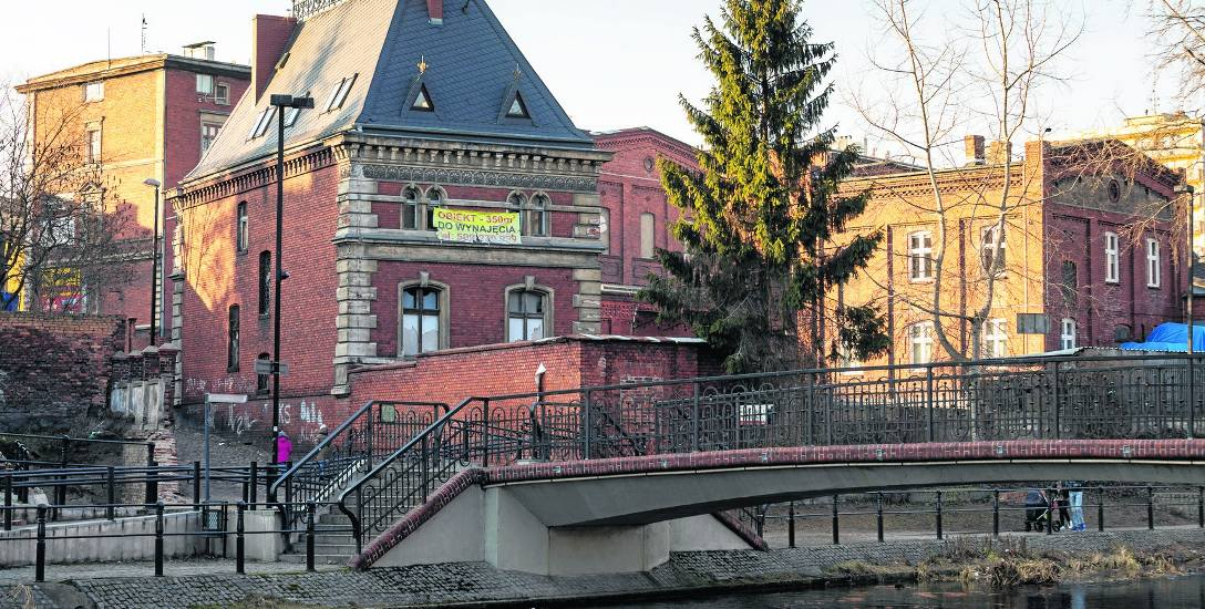 Bydgoska fabryka Carla Augusta Frankego działała od 1827 do 1945 r. Była jedną z największych w regionie rafinerii spirytusu, produkowała też cenione
