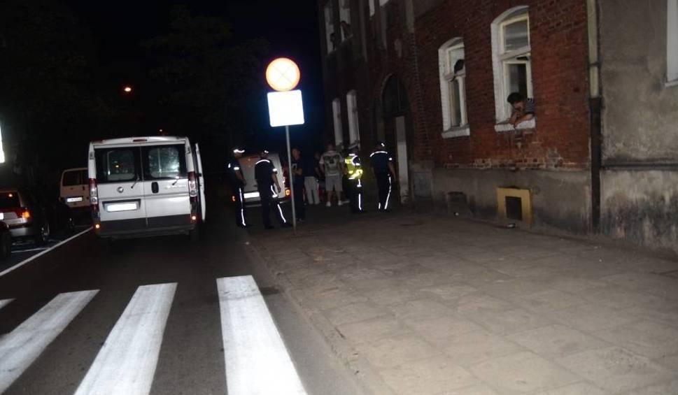 Film do artykułu: Gniezno: Nie żyje młody mężczyzna znaleziony w bramie przy ul. Cierpięgi - wykluczono pobicie
