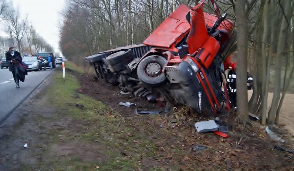 """Film do artykułu: Wypadek na krajowej """"6"""". Ciężarówka w rowie (zdjęcia)"""