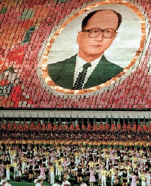 """""""Żywy wizerunek"""" Wojciecha Jaruzelskiego pojawił się obok Kim Ir Sena podczas wizyty generała w Korei Północnej. Partyjny beton był"""