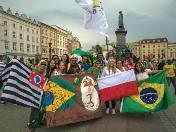 Mimo że najliczniejszą grupę wśród pielgrzymów stanowią Polacy, to najbardziej kolorowi są młodzi z innych części świata