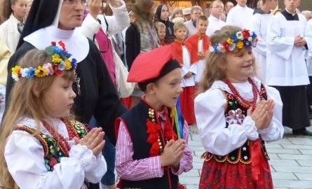 Dzieci witały na Rynku figurę świętego z groty Gargano.